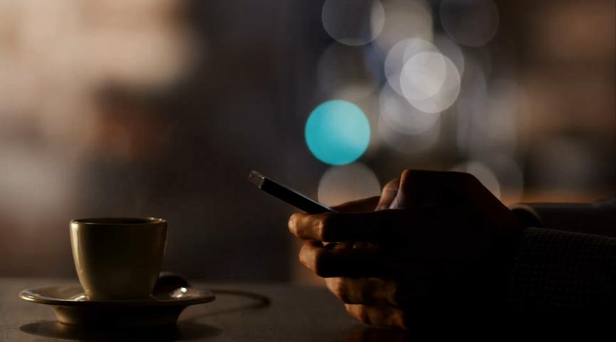 玩手机视频背景.png